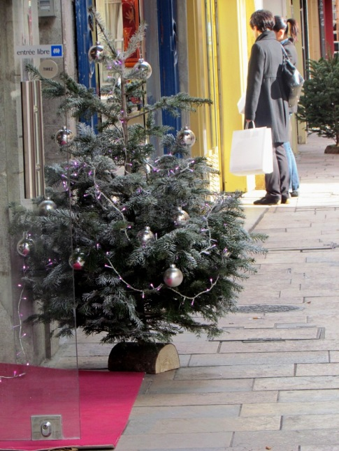 Shopping the Christmas boutiques in the historic center of Toulon